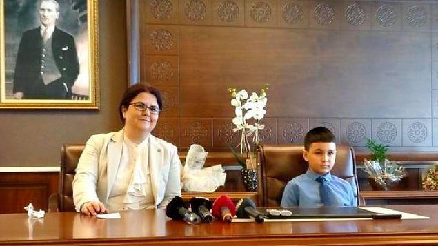 Bugün ise Derya Yanık, 23 Nisan Ulusal Egemenlik ve Çocuk Bayramı'nda bakanlık koltuğunu devlet korumasındaki ilkokul öğrencisi Azad'a devretti.