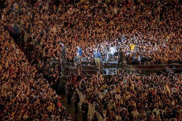 Hayatın normal döndüğü ülkede maskelerin çıktığı, sosyal mesafenin olmadığı 50 bin kişilik bir konser düzenlendi.