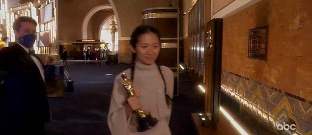 """8. Chloé Zhao ödül kazandıktan sonra ödülü almak için sahneye giderken çalan şarkı """"Live and Let Die"""" şarkısıydı ki bu da kesinlikle tuhaf bir seçimdi."""