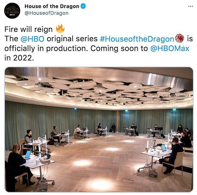 House of the Dragon'ın Twitter hesabından atılan ilk tweet sayesinde de merakımızı biraz dizginledik ve dizinin oyuncularının kendi masalarında oturup prova okumaları yaptıklarını da görmüş olduk.