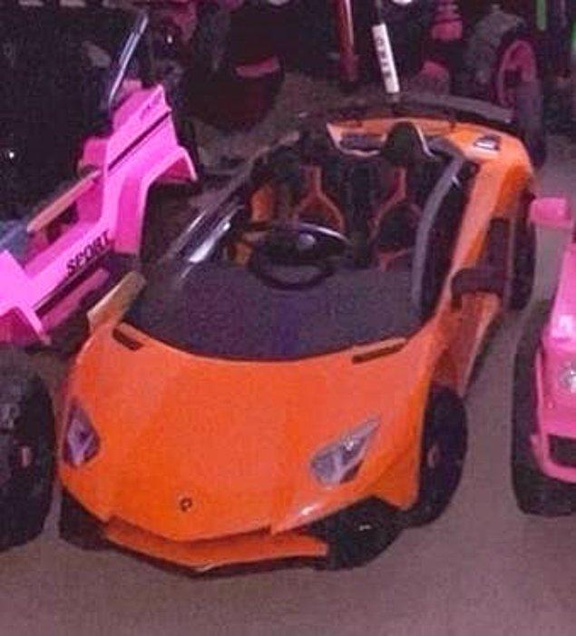 Turuncu spor bir araba.