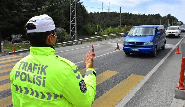 Polis ekipleri araçları durdurup sürücülerin evraklarını kontrol etti