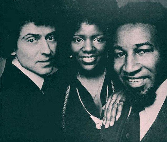 Yapımcı ve müzisyen arkadaşı Freddie Perren'ı arar ve birlikte iki şarkı yazarlar.
