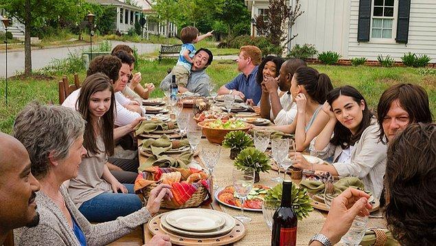 3. Evinin arka bahçesinde bir Pazar günü komşuyla birlikte barbekü yapmak.