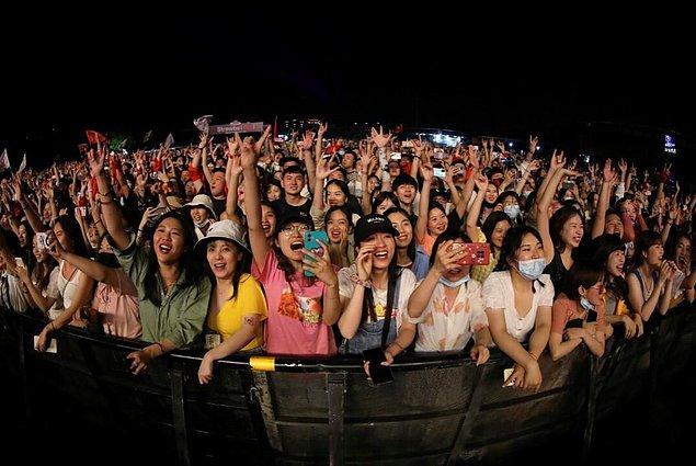 Beş günlük 1 Mayıs Ulusal Bayramı'nın ilk gününde Wuhan'da düzenlenen müzik festivalinde eğlence severler doyasıya müzik dinledi, dans etti.
