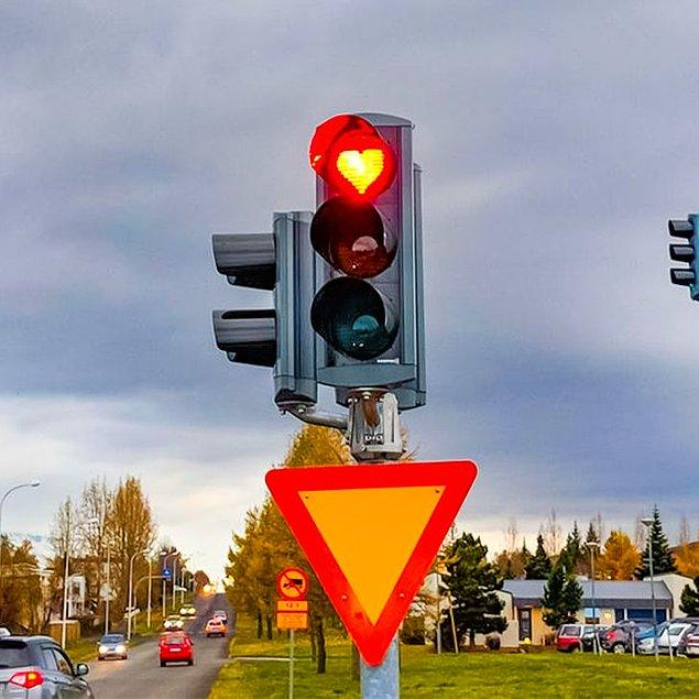 2. Trafik ışıklarında kırmızı kalpler vardır.