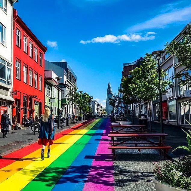 11. Reykjavik'in ana caddelerinden biri gökkuşağı renkleriyle boyanmıştır.