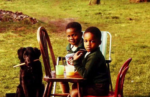 Justin altı, John beş yaşına geldiğinde, Shropham'daki Jackson çifti kardeşleri evine alıyordu.