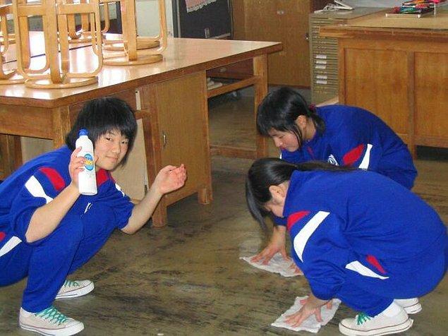1. Japonya'da öğrenciler günlük rutinin bir parçası olarak dersten sonra okulu temizlerler.