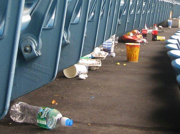 2. Stadyumu temizlemeye yardımcı olmak için bütün taraftarlar maçtan sonra orada kalırlar.