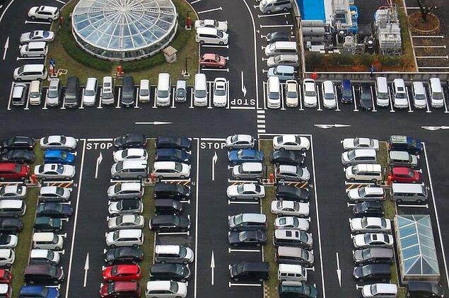 8. Japonya'da arabalar genellikle ters ve çizgilerin arasına park edilir.