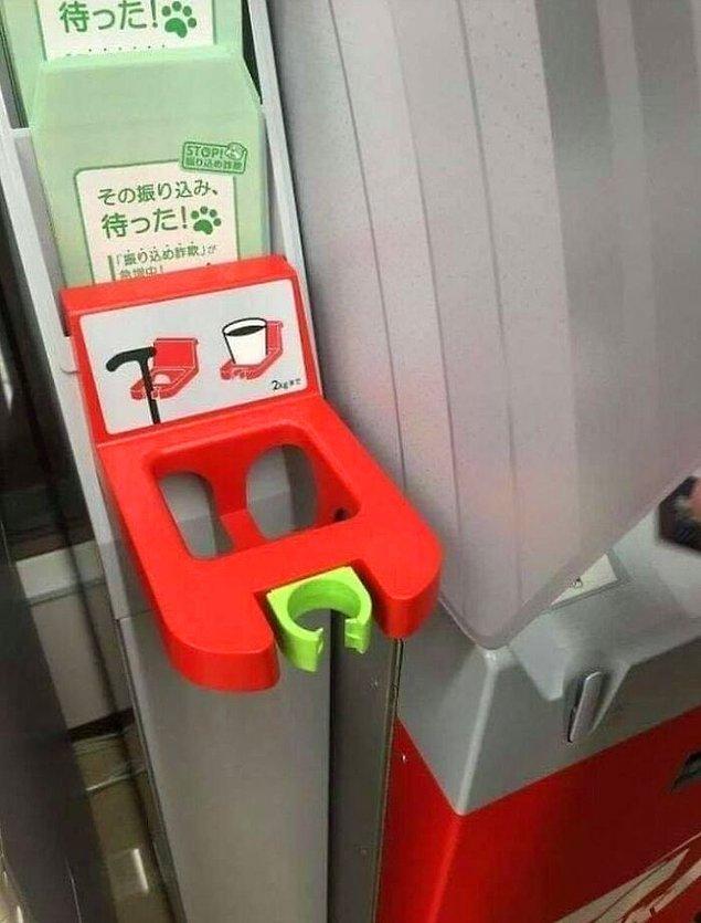 9. Japonya'da ATM'lerin yanında baston ve bardak tutacağı bulabilirsiniz.