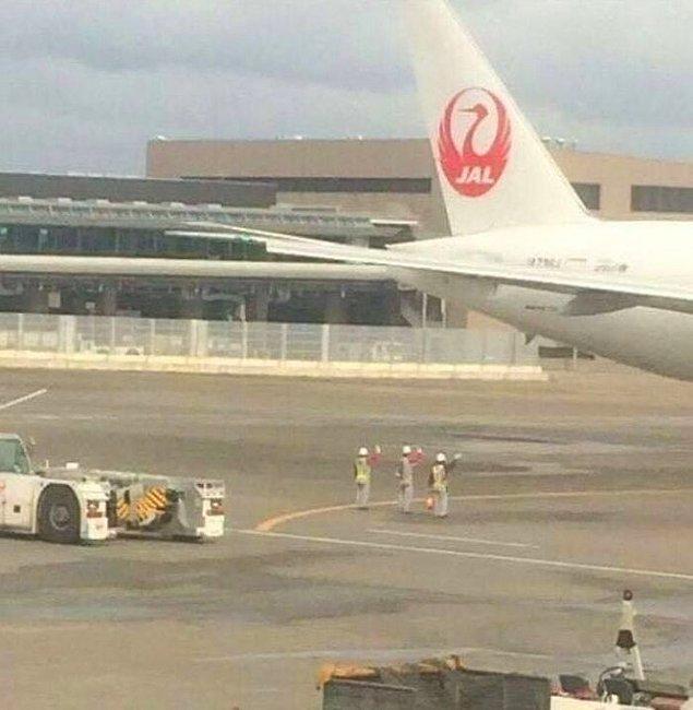 11. Uçak kalkışa hazır olana kadar yerdeki personel uçağa veda eder.