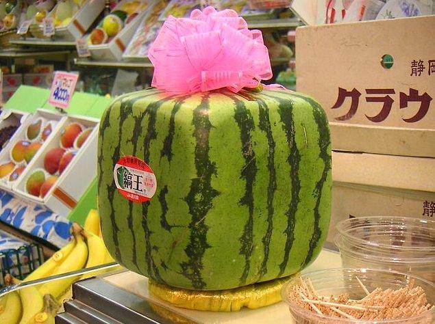 19. Japon mağazalarında küp şeklinde karpuzlarla karşılaşabilirsiniz.