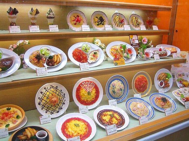 21. Japonya'da restoranlar müşterilerin ilgisini çekmek için vitrinlerinde sahte yiyecekler sergiliyor.