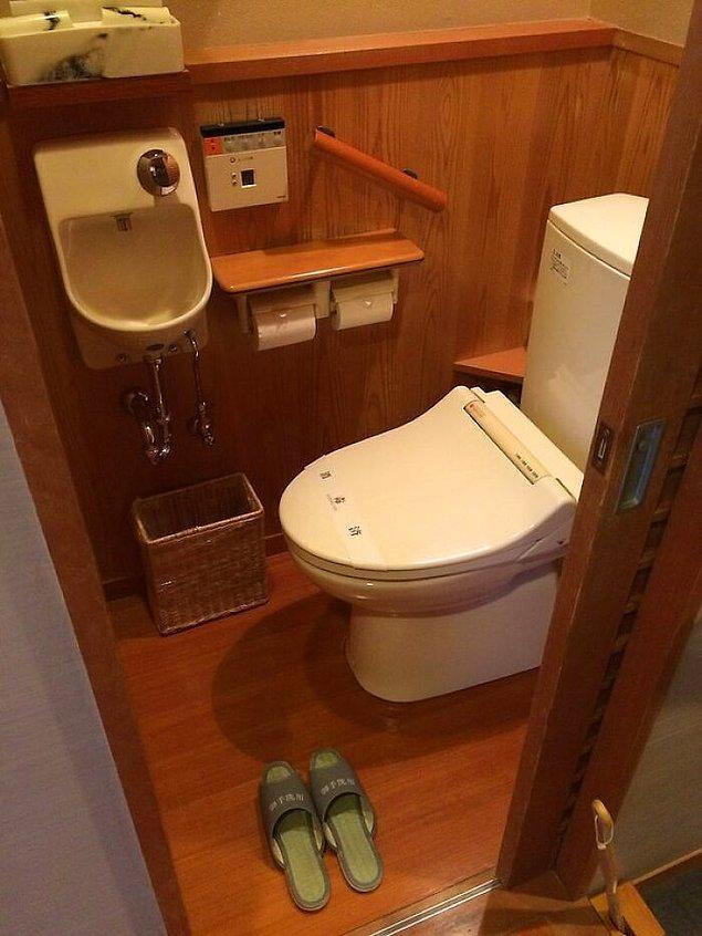 22. Birinin evinde tuvaleti kullandığınızda özel banyo terliği giymeniz gerekebilir.