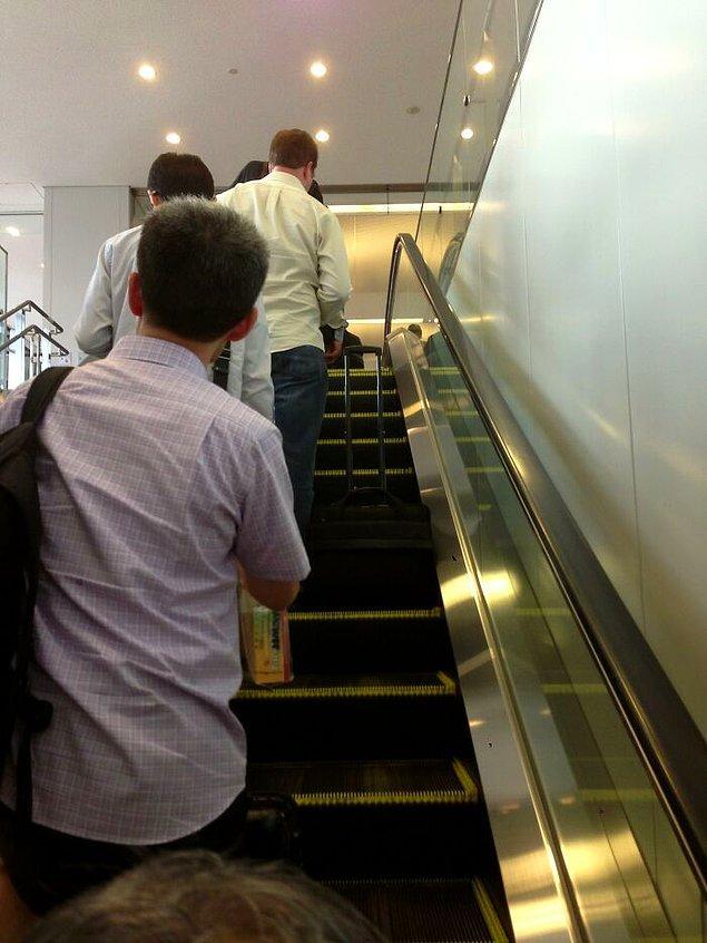 23. Japonya'daki yürüyen merdivenlerde sol tarafta durmalısınız.