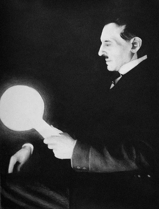 5. Nikola Tesla, ilk defa elektriğin bir kaynaktan çevreye yayılarak kablosuz ve çok yüksek miktarlarda iletilebileceğini söylemiştir. Daha sonra yaptığı deneylerle de bunu göstermiştir.