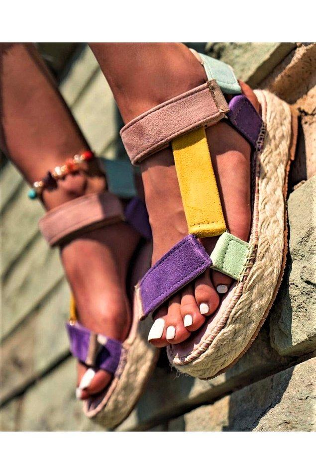 5. Hasır tabanlı bu renkli sandalet sezonun en gözde modellerinden...