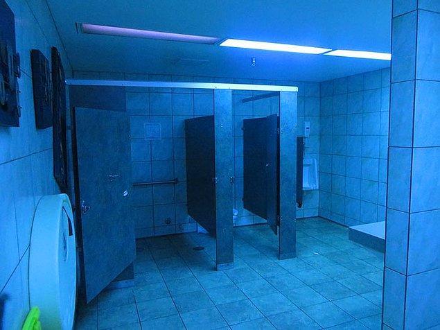 """8. """"Tuvaletlerin altında devasa boşluklar var, isteyen emekleyerek içeri girebilir."""""""