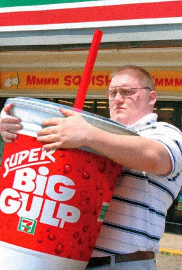 """11. """"Restoranlarda sınırsız içecek hakkınız var ve bardaklar o kadar büyük ki içinde yüzebilirsiniz."""""""