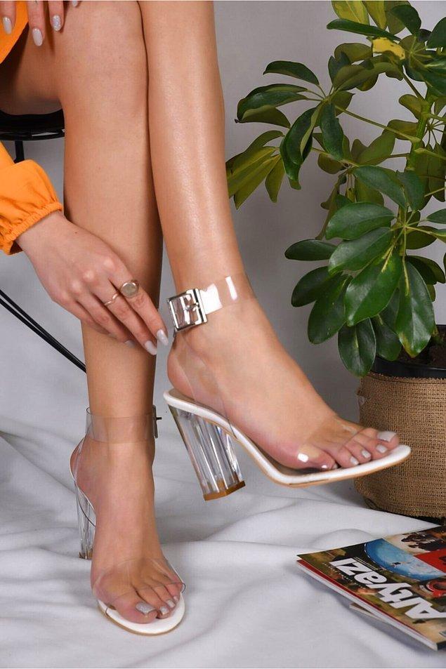 8. Yazın gözde modellerinden şeffaf bantlı ve topuklu ayakkabı...