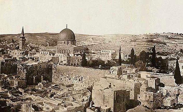 Milattan önce 2000'lere dayanan tarihiyle Kudüs iki kez yok olma kaderini tatmış, 23 işgale ve 52 saldırıya tanıklık etmiş bir şehir.