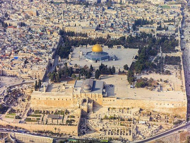 Hz. Muhammed Miraç'a Kudüs'ten yükselmiş ve Hz. İsa'nın da burada çarmıha gerildiği rivayet edilmiştir.