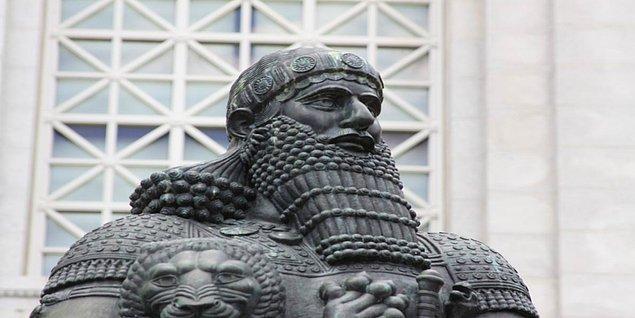 Kredi kartından önce, kredi fikrinin hatta kağıt paranın ortaya çıkışına bakmak gerekiyor. Kredi fikrinin ilk yazılı örneği, M.Ö 1792'den 1750 yılına kadar Babil kralının ismini taşıyan Hammurabi Kanunları'nda yer alıyormuş.