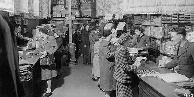 1946 yılında John Biggins'in ortaya çıkardığı ilk banka kartı, Flatbush Ulusal Bankası tarafından 'Charge-it' ismiyle insanlara sunulmuş. Banka kartını geliştirmesinin nedeni de bankaya, daha çok ve sadık müşteriler çekebilmek içinmiş.