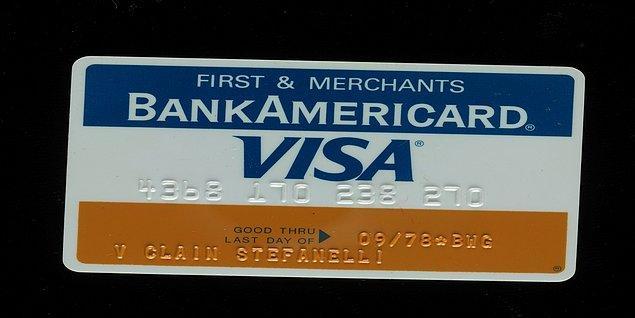 Tarih 1958 yılını gösterdiğinde, zamanın ilk gerçek anlamdaki kredi kartı Bank America tarafından çıkarılan, 'Bank Americard' olmuş. Bu kart 300 dolarlık bir limitle çıkarılmış ve müşterilerine harcadıkları kadar ödeme imkanını sunmuş.