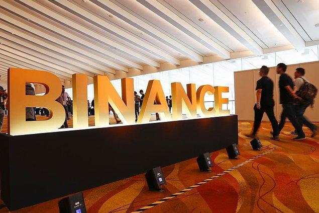 Cayman Adaları'nda kurulan Binance'ın Singapur'da bir ofisi bulunuyor. Bunun yanında borsanın belirli tek bir merkez ofisi bulunmuyor.