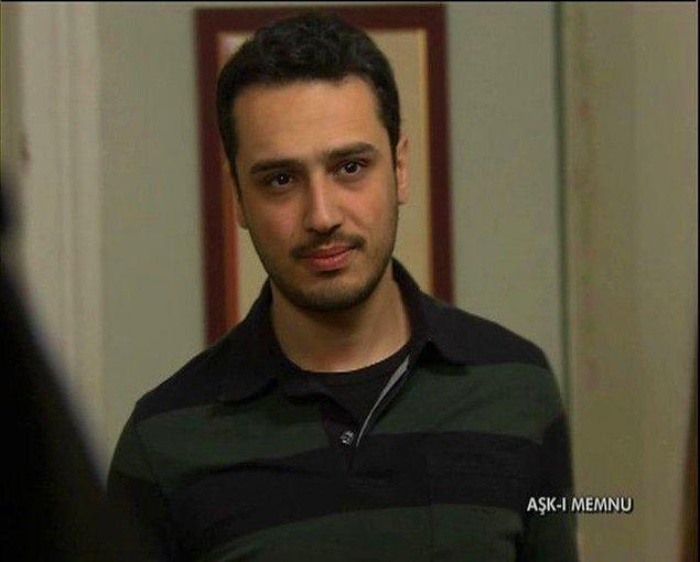 Kendisi aslında Anadolu Üniversitesi Devlet Konservatuvarı Tiyatro Bölümü mezunu.