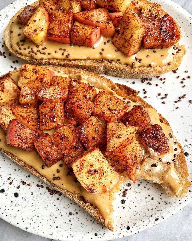 9. Elmalı ve Fıstık Ezmeli Ekmek Üstü: