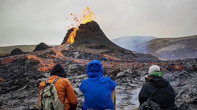 Fagradalsfjall'daki patlama, mart ayında başladı ve haftalarca devam etti, büyük ölçüde boş olan arazinin üzerinden gökyüzüne dikkat çekici lavlar yükseldi.