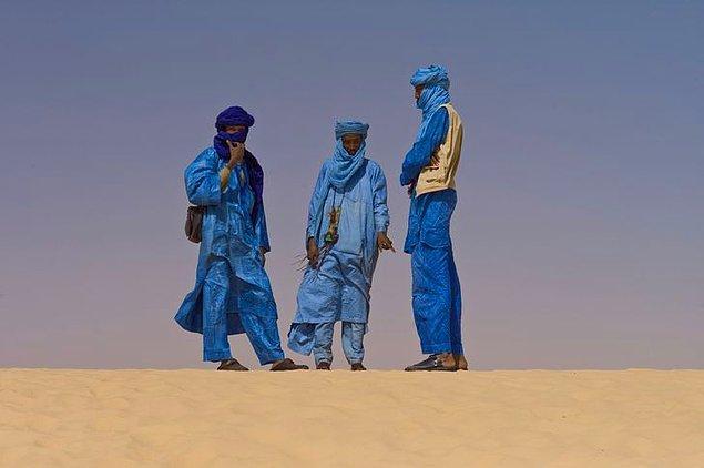 2. Taureg halkının geleneksel kıyafetleri çivit mavisinden oluşuyor ve bu kıyafetlerin rengi tenlerine de geçtiği için 'Mavi İnsanlar' olarak da biliniyorlar.