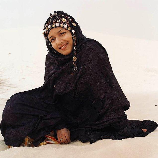 5. Kadınların, diğer çoğu toplum ve kabilede olduğunun aksine yüzlerini kapatma zorunluluğu yoktur.