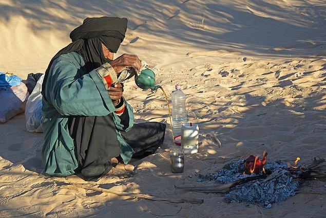 14. Tuareg halkının en önemli etkinliklerinden biri de çay içmektir. Bununla ilgili birçok kural ve ritüel de bulunur.