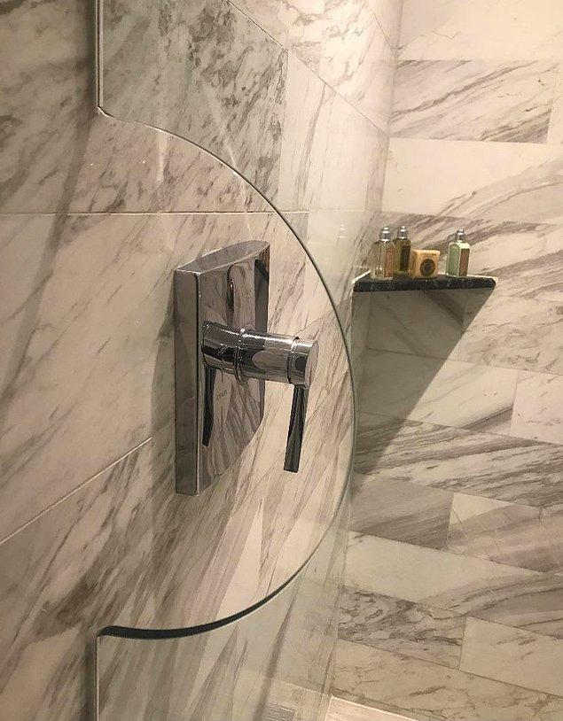 """1. """"Bu otelin cam bölmesi sayesinde duşa girmeden önce suyu açabilirsiniz."""""""