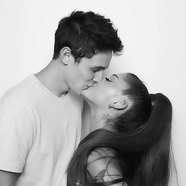 Grande ve Gomez çifti dün hiç kimseciklere haber vermeden kendi evlerinde sade bir nikah töreni ile evlendiler.