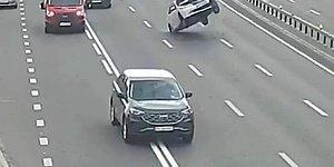 Troleybüs Elektrik Tellerine Takılan Araba Düz Yolda Havaya Kalktı