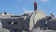 İsrail'in Vurduğu ve Yerle Bir Olan Caminin Enkazında Ezan Okuyan Filistinli Genç