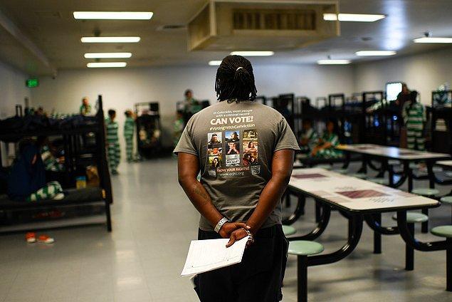 Suçluların oy kullanmamasını savunanlar kişilerin suç işleyerek toplumla imzaladıkları sosyal sözleşmeyi hilal ettiğini söylüyor.