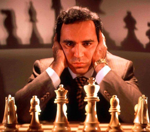 Strateji oyunu olan satrancın mantığını anlamak gerçek hayatta karar verme ve hedef belirleme yeteneklerimizi geliştirir.