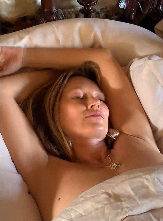 Uyku videosu NFT şeklinde açık arttırma satışına çıkarılan Kate Moss'a bir hayranı bu görüntüleri izleyebilmek için tamı tamına 17 bin dolar ödedi.