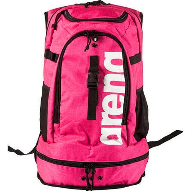 19. Profesyonel yüzücülerin tüm ekipmanlarını taşıyabileceği bir çanta.