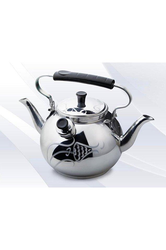 14. Çayım olmadan asla diyen tiryakilere özel, süzgeçli demliği bulunan şık bir çaydanlık.