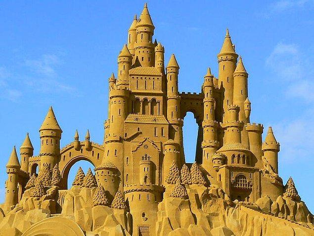 13. İspanya'daki bazı sahillerde kumdan kale yapmak yasak.