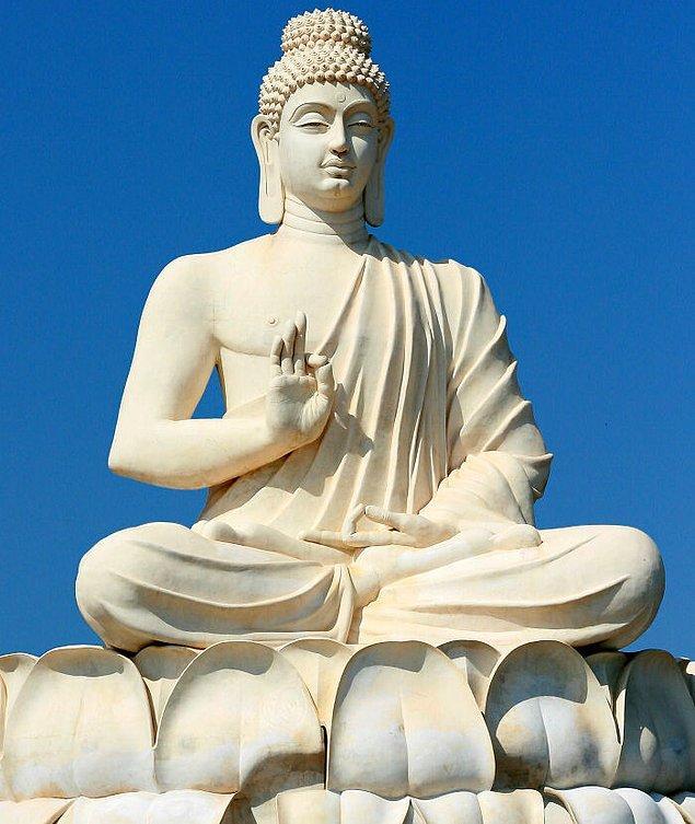 23. Sri Lanka'daki Buda heykeli ile selfie çekmek yasak.