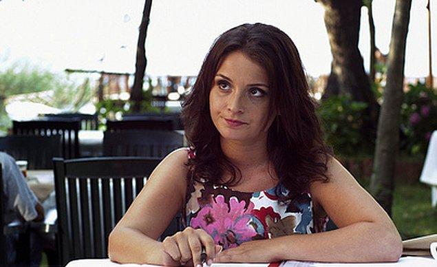 İlk oyunculuk deneyimini 2005 yılında Ev Hapsi dizisinde gerçekleştirmiş.